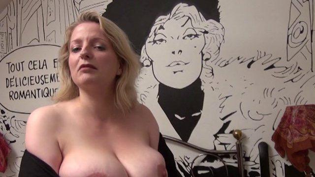 Une jolie blonde aux énormes seins naturels