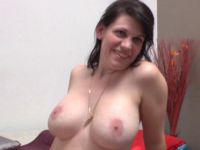 Une amatrice à gros seins se fait sodomiser