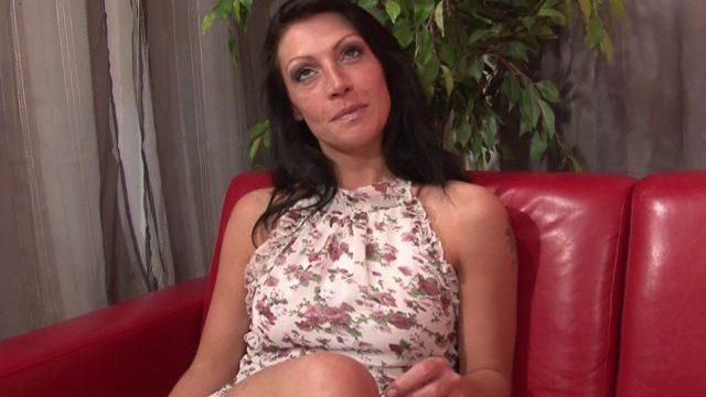 Une jeune femme initiée au porno amateur