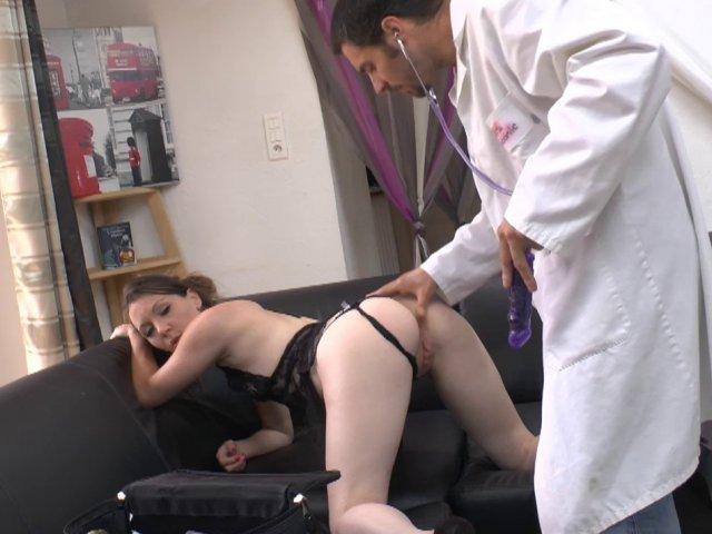 La blonde nympho se fait dilater l'anus