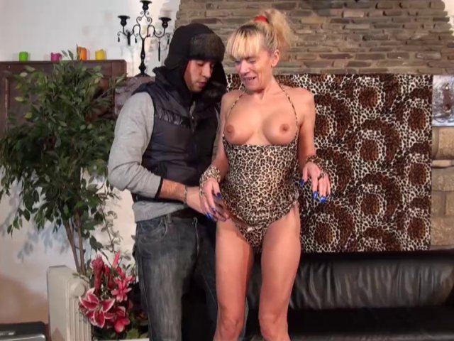 Video 2cul en français d'une femme ménage à gros seins nymphomane !