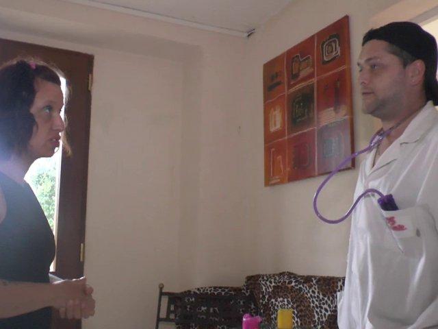 Le docteur sodomite ausculte une patiente