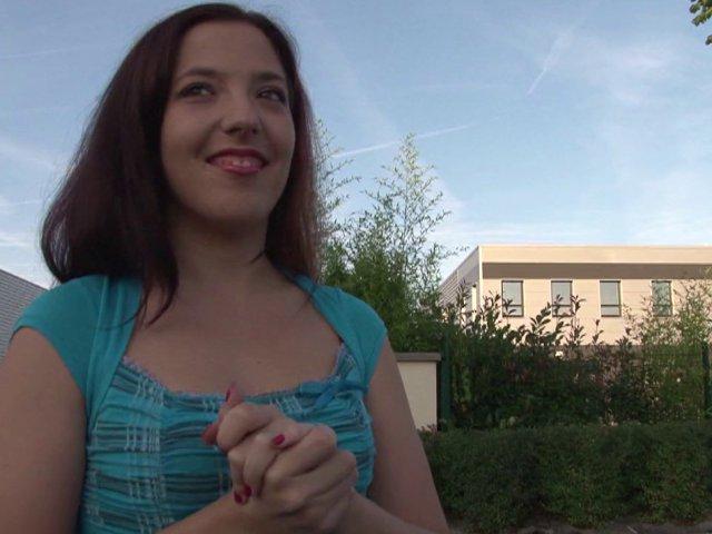 Femme salope vend sa voiture à un sodomite