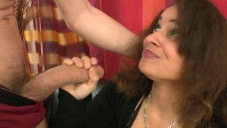 Jets de sperme sur la tronche d'une sainte ni touche